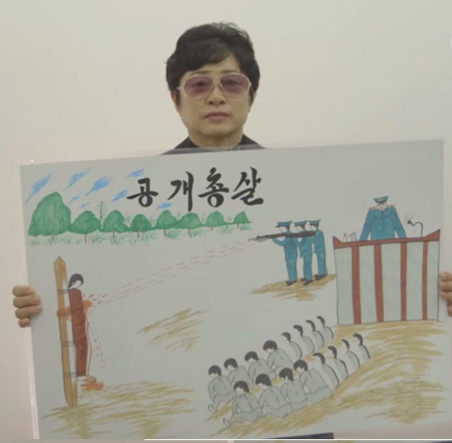 Kim Hye-sook laat één van haar vele tekeningen zien.