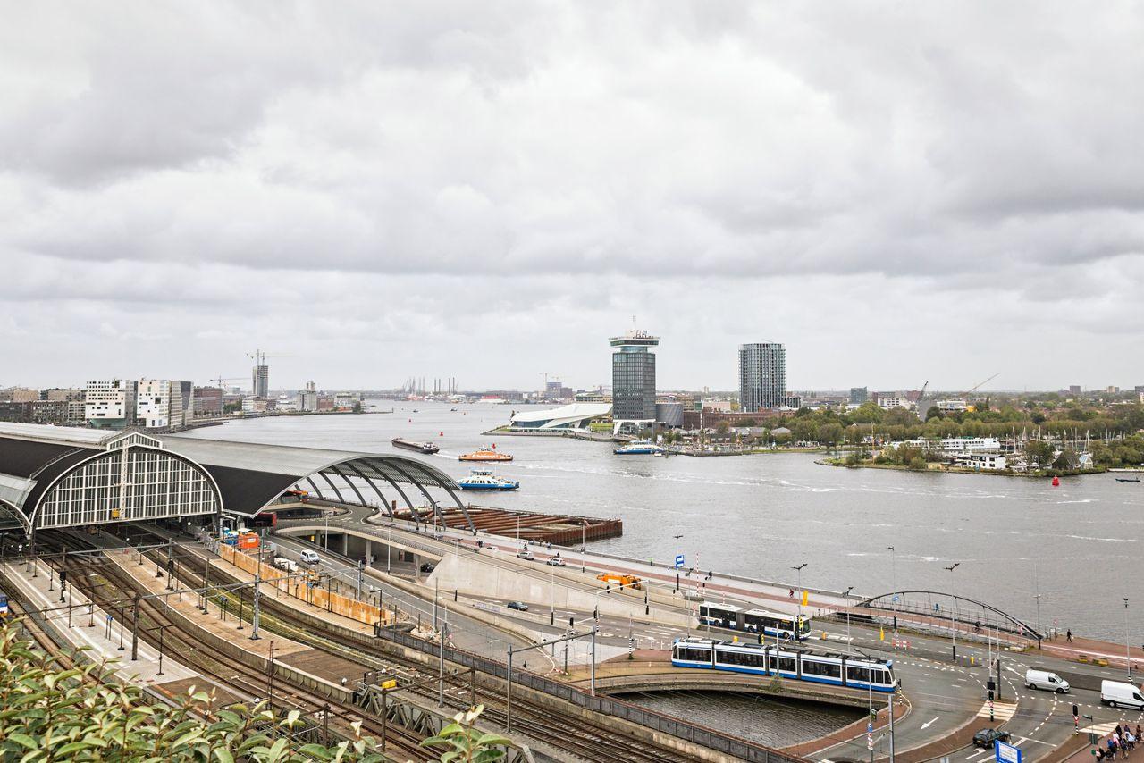 """In september heeft Rijkswaterstaat alle zes varianten afgekeurd die de gemeente heeft bedacht voor de Javabrug. De ontwerpen voldoen niet aan de richtlijnen voor """"nautische veiligheid"""", zegt een woordvoerder."""