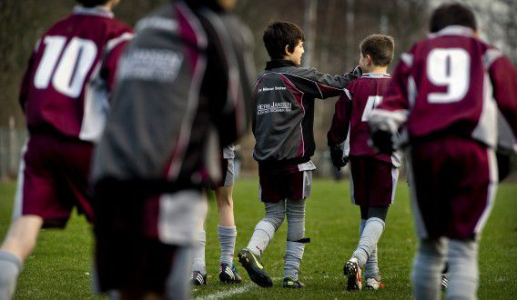 AMSTERDAM - Spelers tijdens een wedstrijd van voetbalclub Nieuw Sloten. ANP KOEN VAN WEEL