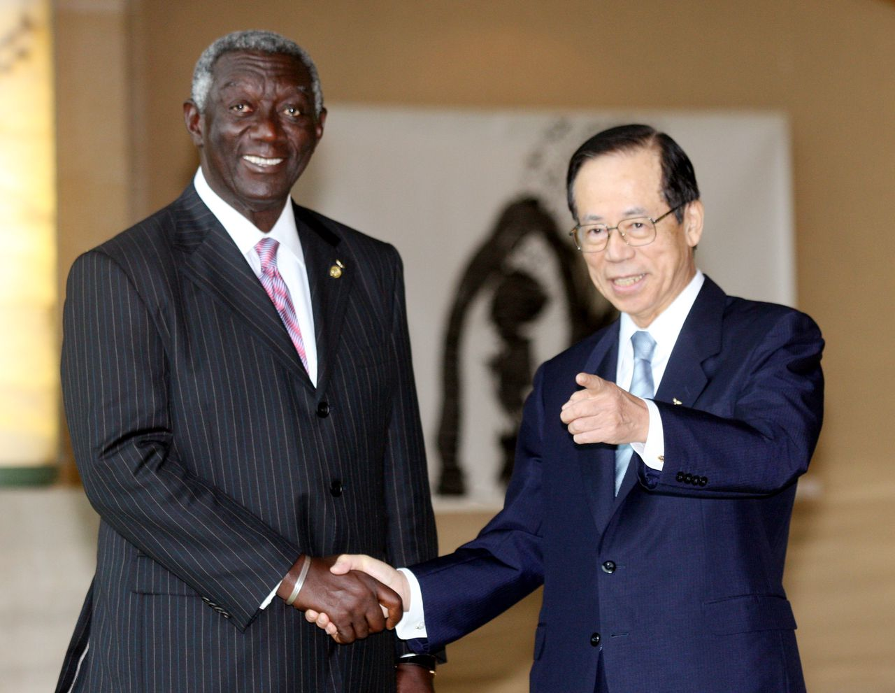 John Kufuor (70) (Foto Bloomberg) John Kufuor, Ghana's president, left, shakes hands with Yasuo Fukuda, Japan's prime minister, as he arrives at the Windsor Hotel Toya for the Group of Eight (G8) Summit in Toyako Town, Hokkaido, Japan, on Monday, July 7, 2008. Fukuda's welcome message to world leaders in Japan this week is that saving the planet is a huge challenge with no time to lose. The same may be true for his job. Photographer: Haruyoshi Yamaguchi/Bloomberg News