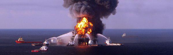 Boten blussen de vlammen op het booreiland Deepwater Horizon na de explosie. Het platform zonk een week na het ongeluk.