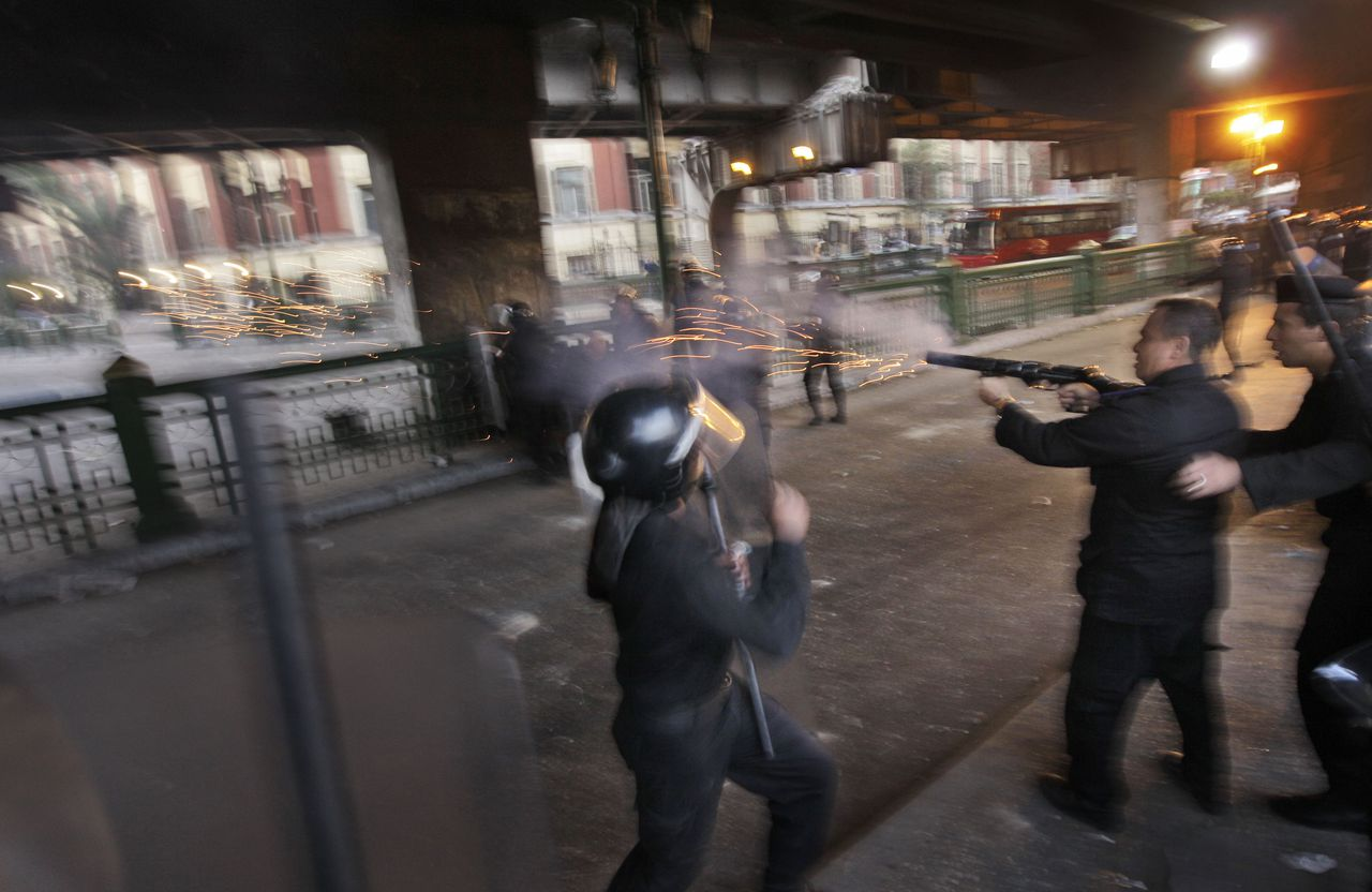 De oproerpolitie trad gisteren op tegen betogers die voor de tweede achtereenvolgende dag de straat op gingen in Kairo. Foto AP A riot policeman fires tear gas as Egyptian riot police clash with anti-government activists in downtown Cairo, Egypt, Wednesday, Jan. 26, 2011. Egyptian anti-government activists clashed with police for a second day Wednesday in defiance of an official ban on any protests but beefed up police forces on the streets quickly moved in and used tear gas and beatings to disperse demonstrations. (AP Photo/Ben Curtis)