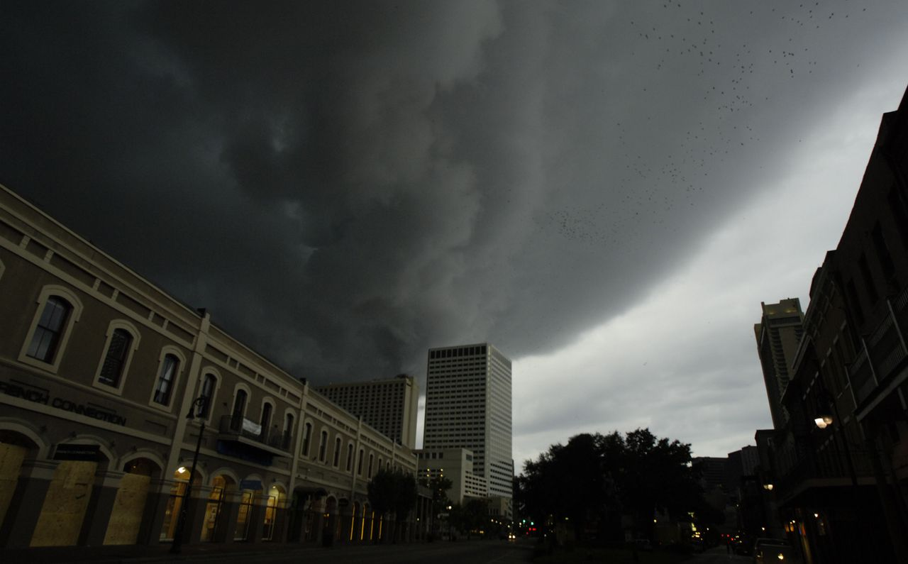 De eerste stormwolken kondigden gisteravond al de komst aan van orkaan Gustav boven New Orleans, waar etalageruiten uit voorzorg zijn dichtgespijkerd. Foto AFP One of the first bands of wind and rain from Hurricane Gustav arrive in August 31, 2008 in New Orleans, Louisiana. According the National Hurricane Center Gustav downgraded to Category 3 with top winds near 125 mph early Sunday. Forecasters expected it to regain strength later in the day. Stephen Morton/Getty Images/AFP == FOR NEWSPAPERS, INTERNET, TELCOS & TELEVISION USE ONLY ==