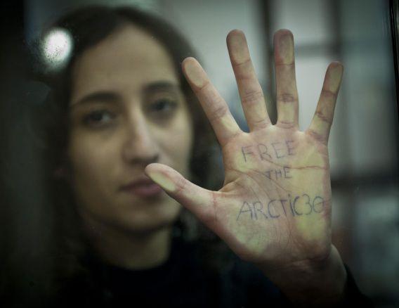 Faiza Oulahsen vraagt om vrijlating van de 'Arctic 30'.