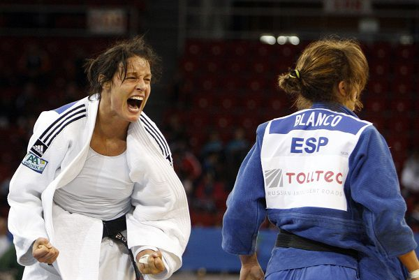 Netherlands' Edith Bosch (L) celebrates after defeating Spain's Cecilia Blanco during their women's under 70 kg final match at the Judo European Championships in Istanbul April 22, 2011. REUTERS/Osman Orsal (TURKEY - Tags: SPORT JUDO)