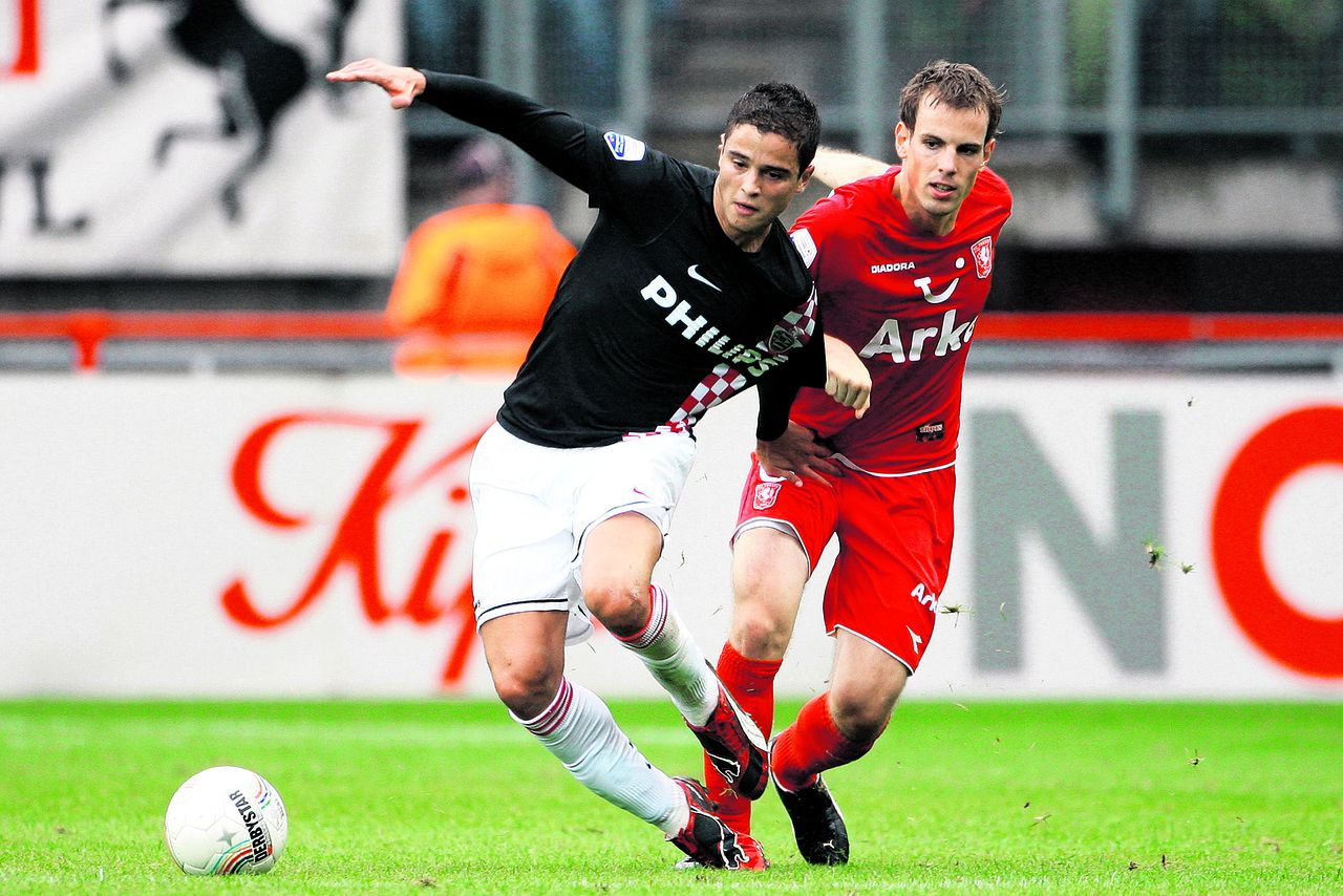 "PSV'er Ibrahim Afellay (links) duelleert met Wout Brama van FC Twente om de bal. Foto Pics United Onderwerp/Subject: FC Twente - PSV Eredivisie Reklame: Club/Team/Country: FC Twente - PSV Seizoen/Season: 2009/2010 FOTO/PHOTO: FC Twente's Wout BRAMA (R) in duel with PSV's Ibrahim AFELLAY (R) Trefwoorden/Keywords: #04 $38 ±1245225664284 Photo- & Copyrights © PICS UNITED P.O. Box 1235 - 5602 BE EINDHOVEN (THE NETHERLANDS) Phone +31 (0)40 296 28 00 Fax +31 (0) 40 248 47 43 http://www.pics-united.com e-mail : info@pics-united.com (If you would like to raise any issues regarding any aspects of products / service of PICS UNITED) or e-mail : sales@pics-united.com ATTENTIE: Publicatie ook bij aanbieding door derden is slechts toegestaan na verkregen toestemming van Pics United. VOLLEDIGE NAAMSVERMELDING IS VERPLICHT! (© PICS UNITED/Naam Fotograaf, zie veld 4 van de bestandsinfo 'credits') ATTENTION: © Pics United. Reproduction/publication of this photo by any parties is only permitted after authorisation is sought and obtained from PICS UNITED- THE NETHERLANDS The image is copyright to PICS UNITED or its associate photographers. Full name must be printed with the photo! (© PICS UNITED/Name Photographer, see field 4 of the File Info, 'credits"") You may not publish, reproduce on either an electronic bulletin board, corporate intranet or the Internet, licence, sell or otherwise distribute the image(s) without a Licence to do so from PICS UNITED."