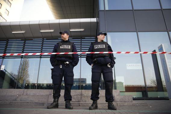 Politieagenten gisteren voor het ROC in Leiden. Vandaag zijn de scholen weer open, maar zijn er wel agenten aanwezig uit voorzorg.