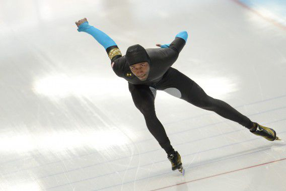 Shani Davis in actie op de 1.000 meter in Inzell. In Duitsland worden de op een na laatste wereldbekerwedstrijden van dit olympische seizoen verreden.