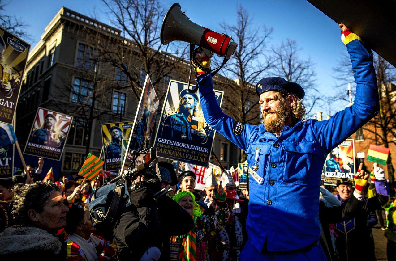 Boegbeeld Bjorn van der Doelen, verkleed als zijn alter ego Sjefke Vaeren, bij de Tweede Kamer voor het aanbieden van de petitie #carnavalvrij. De Bavaria-petitie, die pleit voor twee vrije dagen met carnaval, is meer dan 170.000 keer getekend.