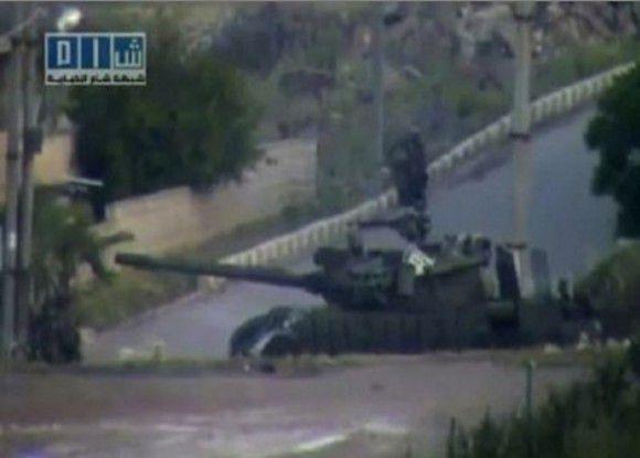 Amateurbeelden laten een tank zien in de Syrische stad Deraa. Foto: AP / videobeelden APTN