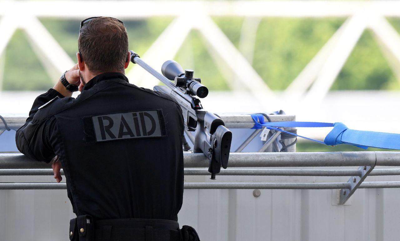 Een agent van politie-eenheid Raid.