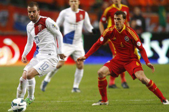 Rafael van der Vaart ontwijkt de Roemeen Vlad Lulian Chiriches tijdens de WK-kwalificatiewedstrijd in de Arena vanavond.