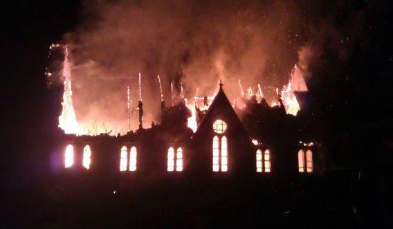 Een brand woedt vanochtend vroeg in de Sint Clemenskerk in Nes op Ameland. Het lukte de brandweer alleen de pastorie en een bijgebouw te redden van de vlammen. Foto ANP / Anneke Wapstra