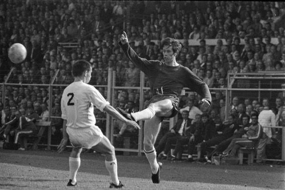 Ajax-Fortuna Sittardia, 8 september 1968. Gerrie Mühren, die voor het eerst bij Ajax in de competitie meespeelde, in duel met Louis Dullens (nr. 2).