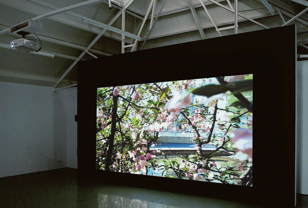 Gabriel Lesters installatie The Secret Life of Cities in galerie Fons Welters.