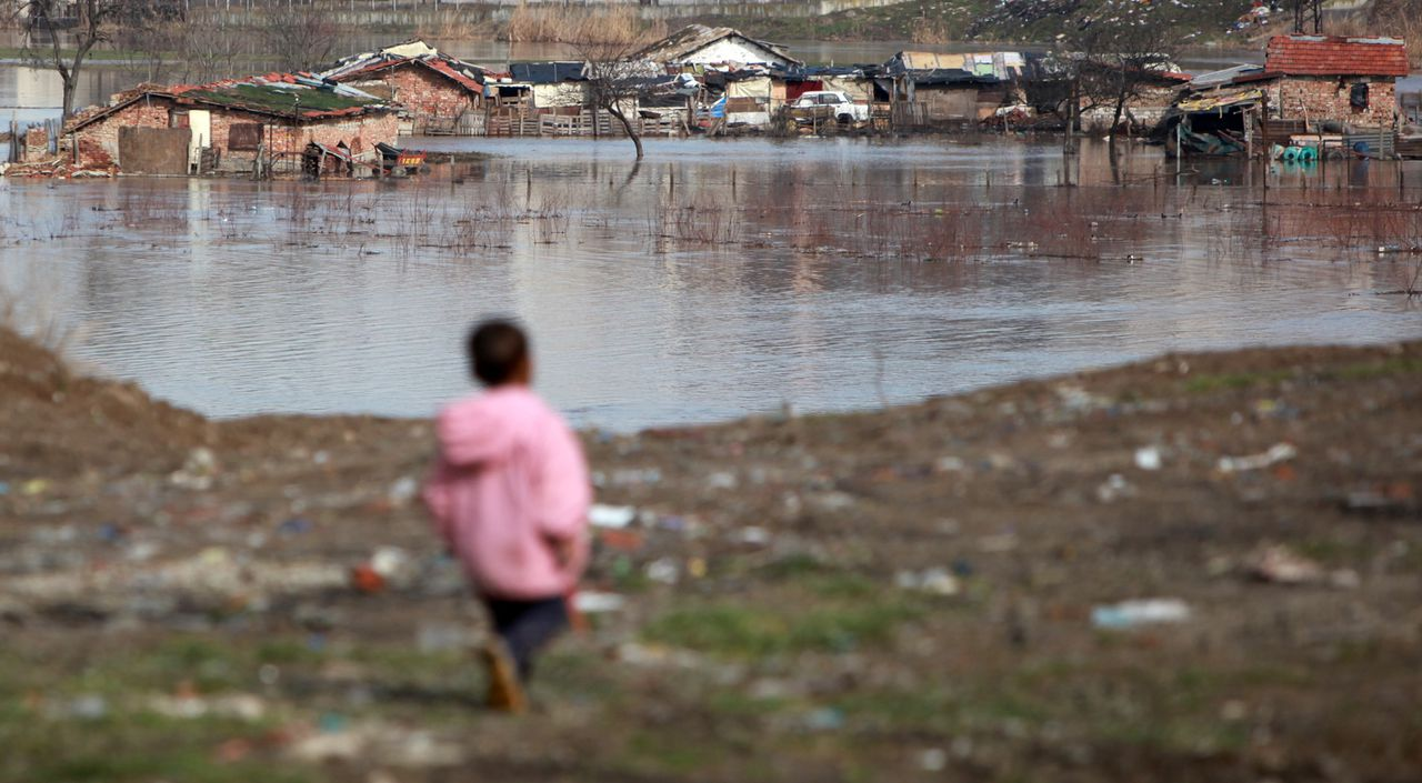Volgens cijfers van de World Initiative for Orphans Foundation is de stijging van het aantal Oost-Europese 'wezen' het afgelopen jaar verdubbeld. Deze foto is genomen nabij het stadje Yambol, in Bulgarije. Foto AP A boy walks near flooded houses at the gipsy neighborhood in the town of Yambol, some 320 km (200 miles) east of the Bulgarian capital Sofia, Sunday, Feb. 14, 2010. Melting snow and torrential rains over the last two days has led to massive flooding in parts of southern Bulgaria, no one was injured. The heavy rain caused the Tundzha River to overflow its banks, leaving dozens of homes under water in the district of Yambol, some 320 kilometer (200 miles) southeast of Sofia, the Civil Defense Agency said on Sunday. (AP Photo/Petar Petrov)