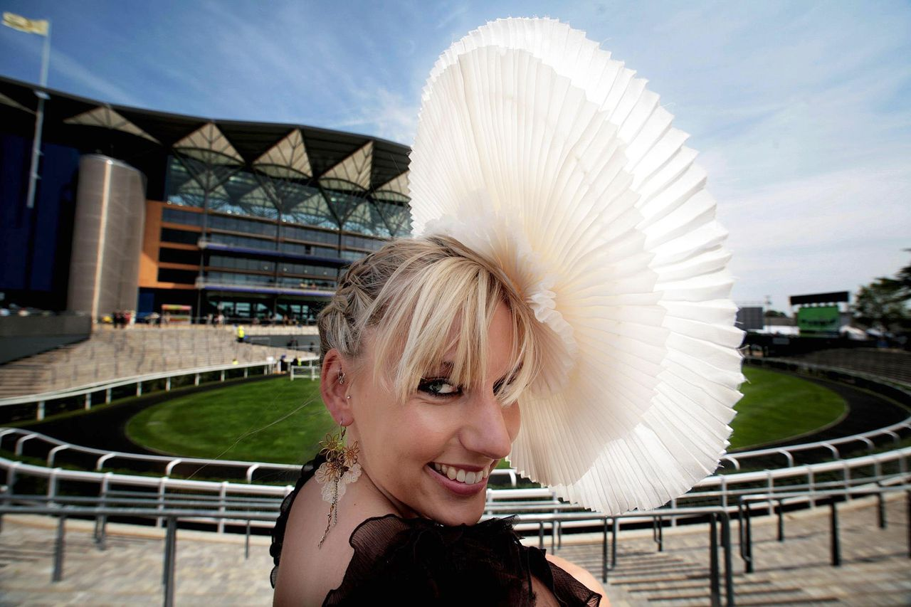 ... en boerkahoed en Jodie Sykes met een kraag-als-hoed Foto's AP Jodie Sykes poses for photographers as she arrives at Ascot Racecourse, England for the first day of Royal Ascot horse race meeting Tuesday June 19, 2007. (AP Photo/PA, Andrew Parsons) ** UNITED KINGDOM OUT NO SALES NO ARCHIVE **