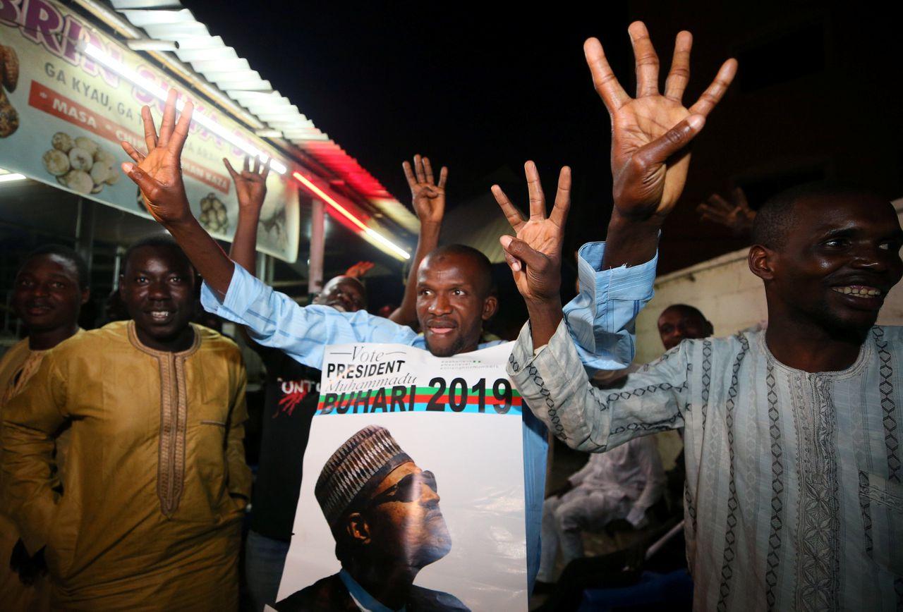 Aanhangers van de zittende president Muhammadu Buhari vieren zijn overwinnig in de metropool Kano.