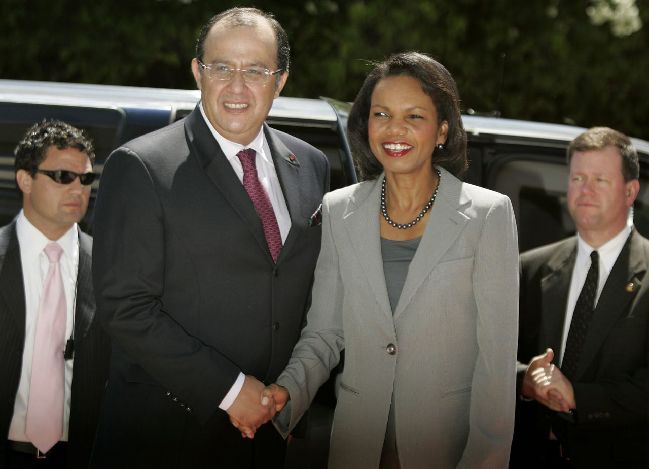 Minister Fassi Fihri (Foto Reuters) U.S. Secretary of State Condoleezza Rice (R) shakes hands with Moroccan Foreign Minister Fassi Fihri in Rabat September 7, 2008. Rice concluded her North Africa trip in Morocco and is then scheduled to fly back to Washington on Sunday. REUTERS/Rafael Marchante (MOROCCO)
