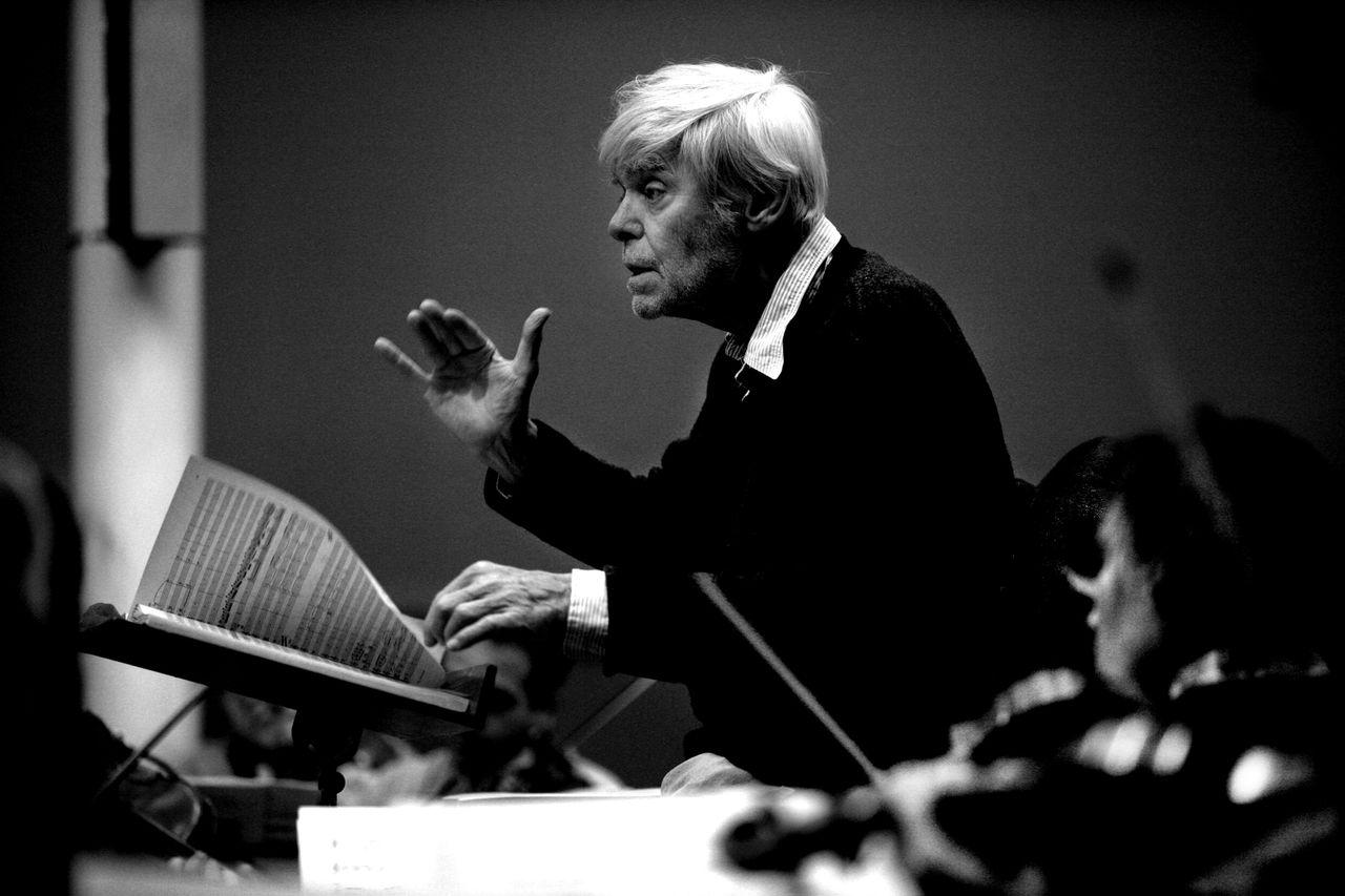 Frans Brüggen dirigeert het Orkest van de Achttiende Eeuw foto Leo van Velzen Amsterdam, 08/02/06. Dirigent Frans Bruggen tijdens orkest repetitie. Foto Leo van Velzen/Nrc.Hb.