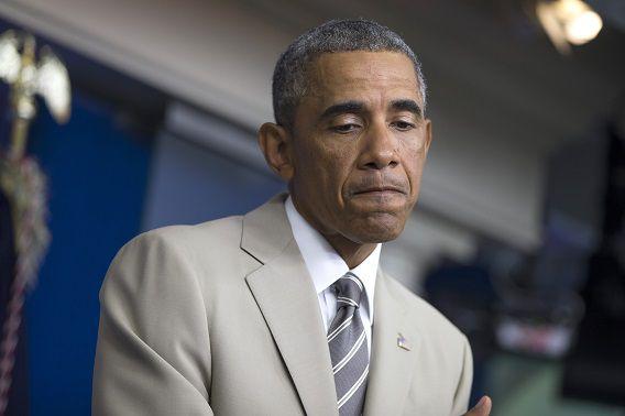 Obama tijdens de persconferentie op het Witte Huis (voor het eerst had hij een beige pak aan).