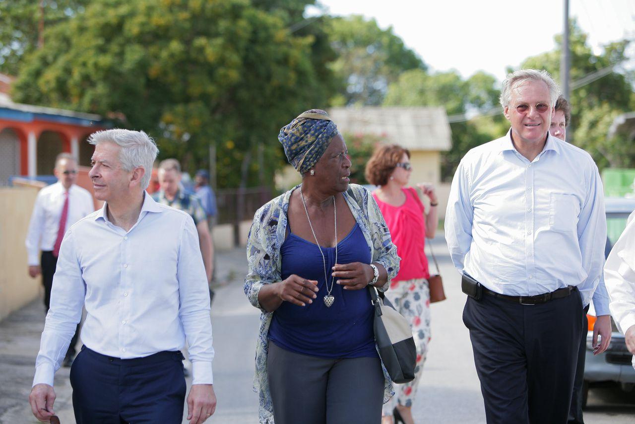 Henk Brons (rechts) op Curaçao.