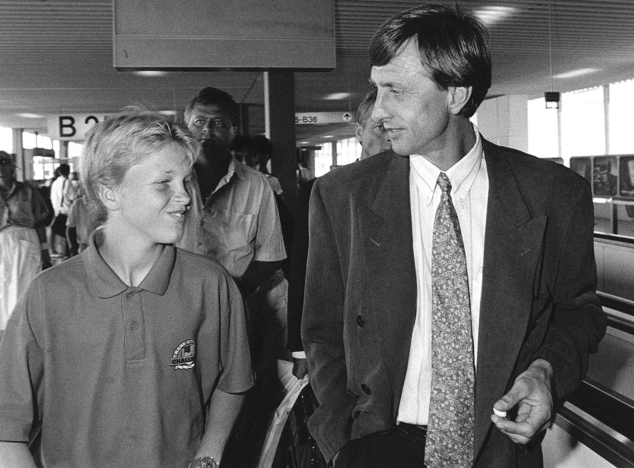 Cruijff in 1988 op luchthaven Schiphol.
