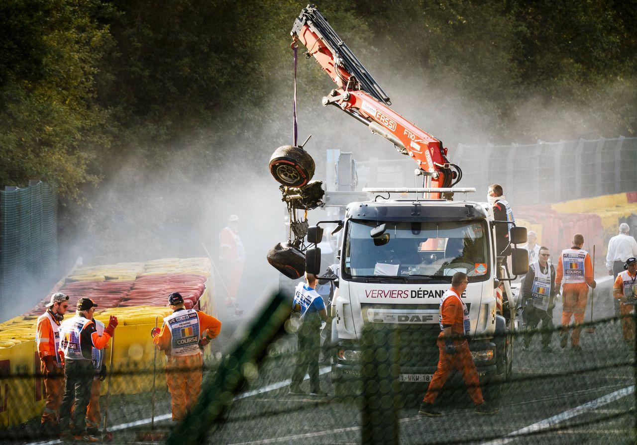 Het autowrak van Juan Manuel Correa van Sauber. Een Formule 2-race werd gestaakt na een dodelijk ongeluk.