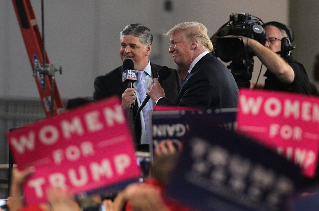 President Trump en Sean Hannity worden geinterviewd tijdens de Make America Great Again Rally in het Las Vegas Convention Center.
