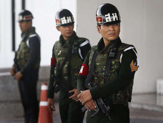 Thaise soldaten houden de wacht bij de Army Club in Bangkok.