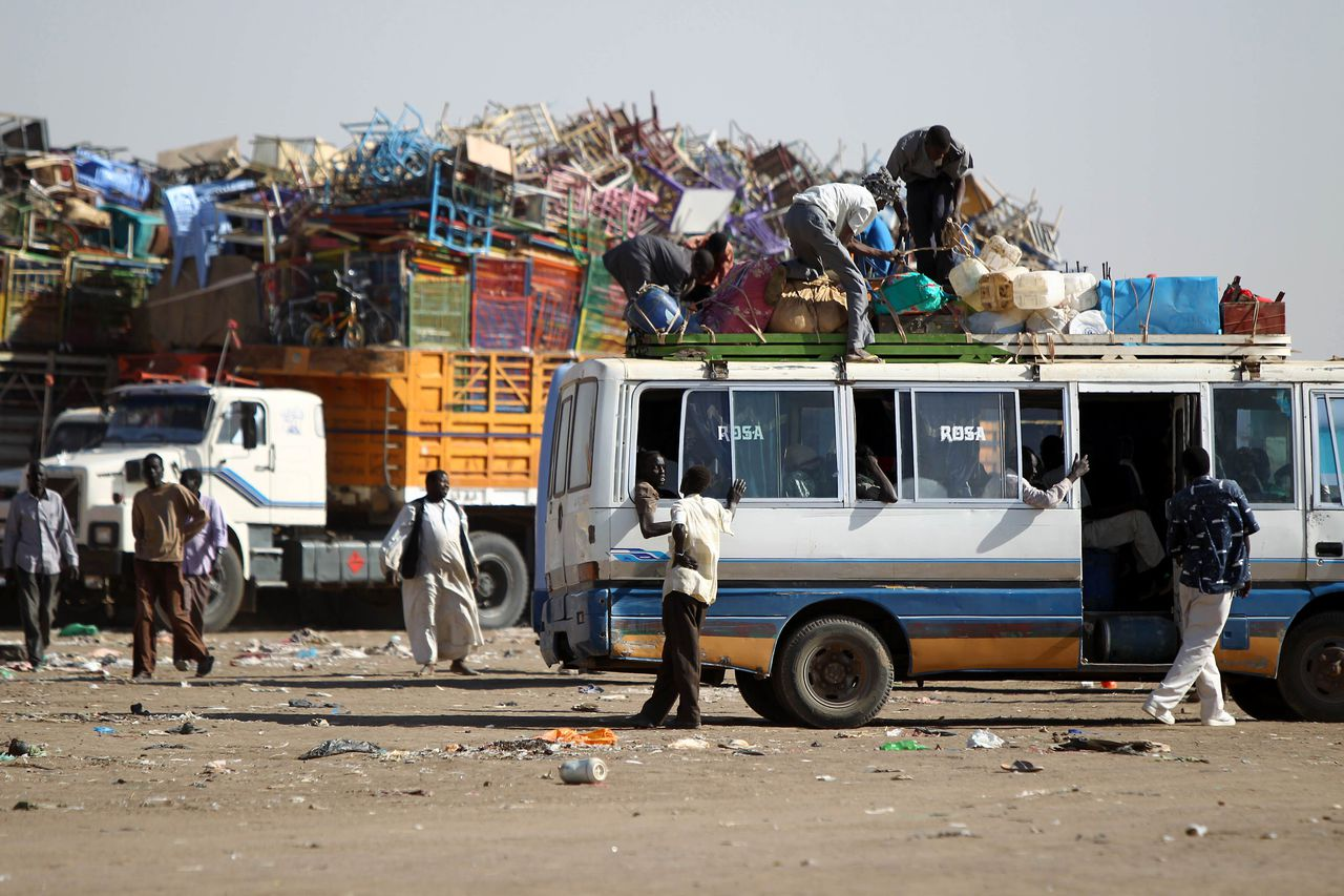 Southern Sudanese families load their belongings on buses in Mandela area in the outskirts of the capital of Khartoum on January 6, 2011 before returning to their homeland from the north ahead of a key referendum on south Sudan's independence. AFP PHOTO/KHALED DESOUKI