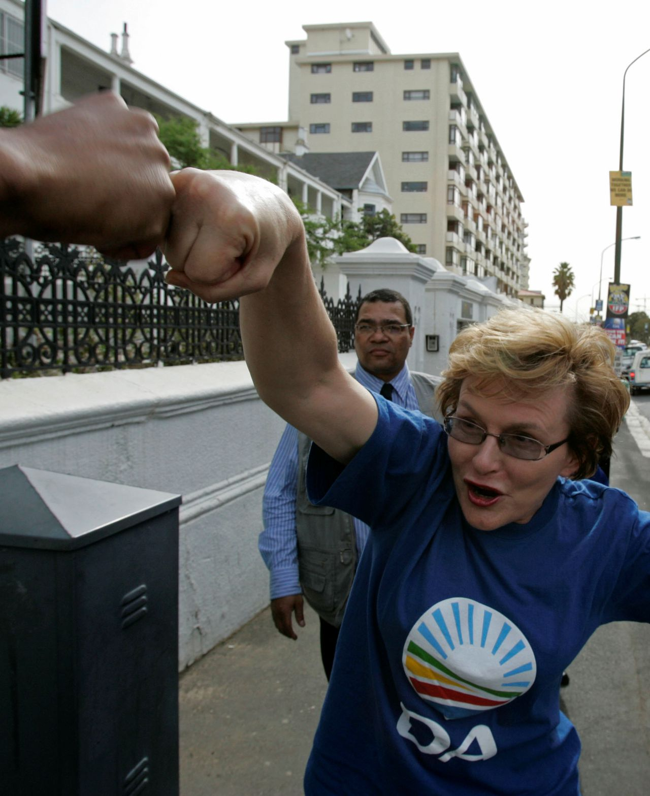 Helen Zille op verkiezingscampagne in Cape Town waar zij een aanhanger begroette. (Foto AP) Democratic Alliance, DA, leader Helen Zille, greets a man while campaigning in Cape Town, South Africa, Tuesday, April 21, 2009. For all the talk of crime, jobs or AIDS, South Africa's parliamentary vote Wednesday is all about Jacob Zuma, who has survived corruption and sex scandals to emerge as one of the country's most popular leaders ever. (AP Photo/Schalk van Zuydam)