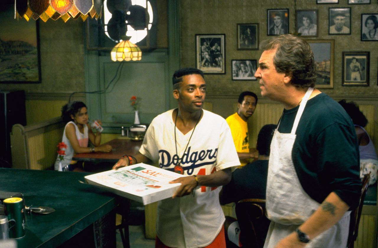Mookie (Spike Lee) met zijn baas, pizzabakker Sal (Danny Aiello), in 'Do the Right Thing'.