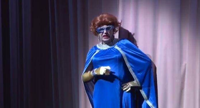 Gerrit Zalm als Priscilla Zalm op de nieuwjaarscabaretavond van ABN Amro.