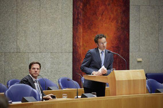 Premier Rutte, minister Dijsselbloem (Financiën, PvdA) en PvdA-leider Diederik Samsom praten vanaf maandag over een bezuinigingspakket van 6 miljard.