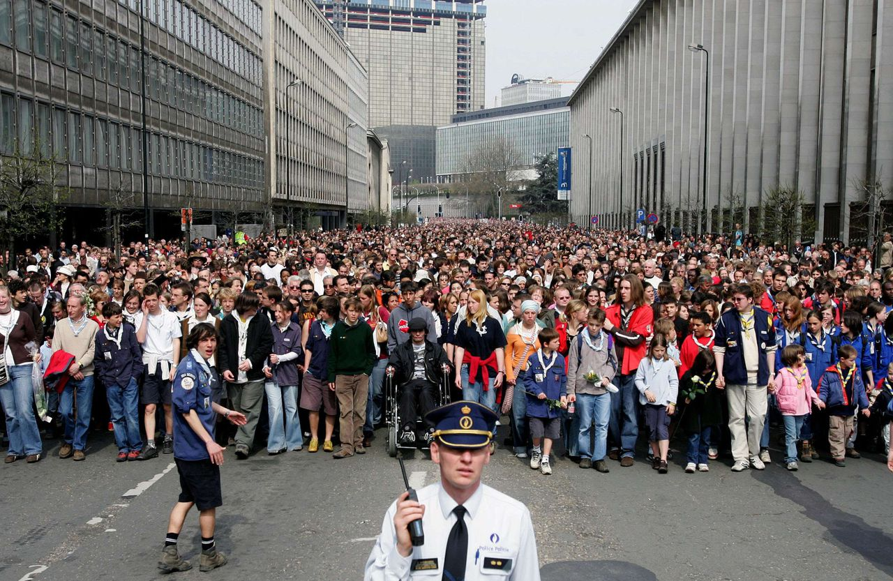 De kop van de stoet, gistermiddag in het centrum van Brussel. Foto Reuters Thousands of people attend a silent march in honour of Joe Van Holsbeeck in central Brussels, April 23, 2006. Holsbeeck, a 17-year-old teenager, was stabbed to death last week after refusing to hand over his mp3 player to two muggers in Brussels' Central railway station during rush hour. REUTERS/Francois Lenoir