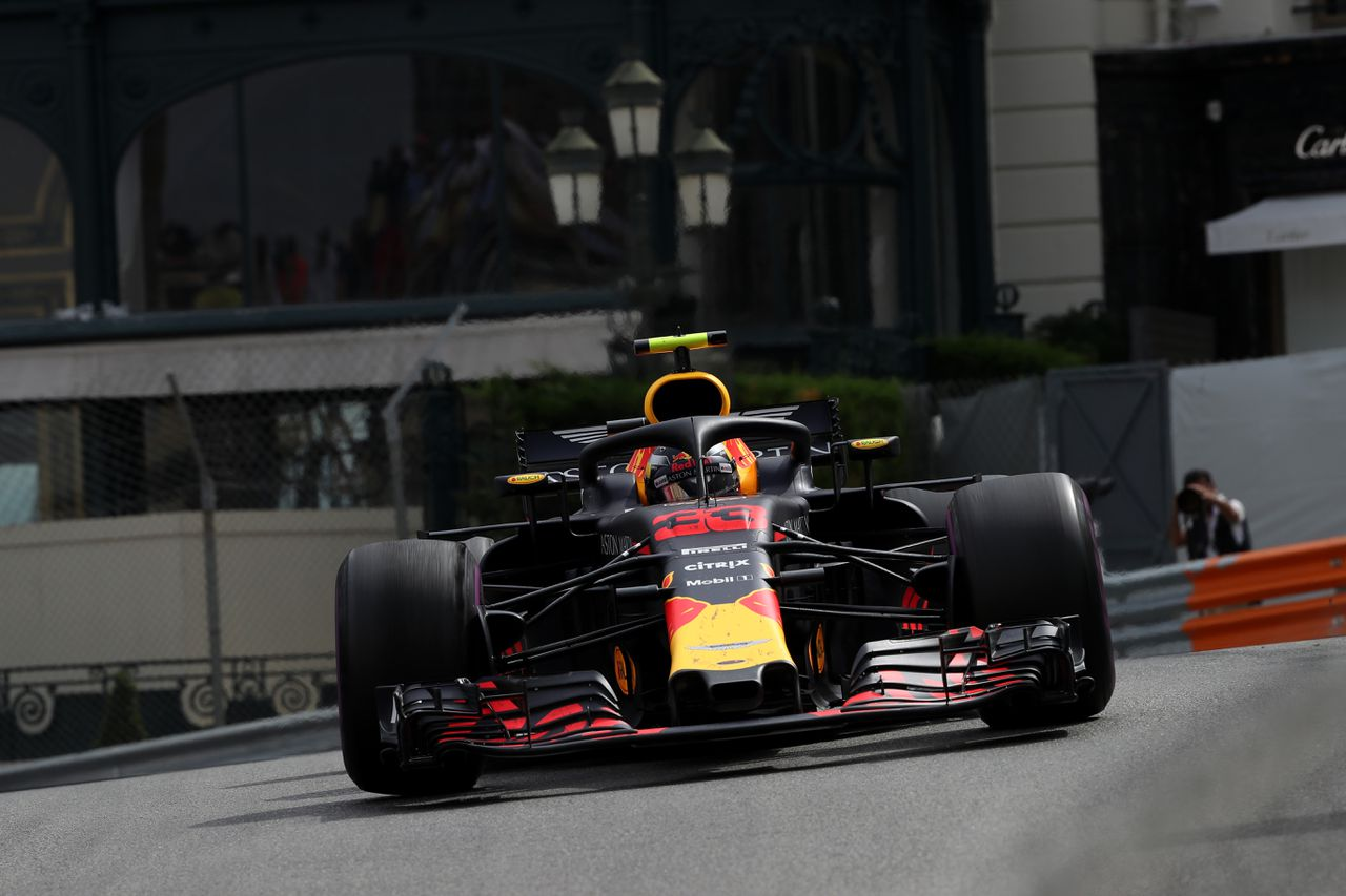 Max Verstappen in zijn Red Bull in Monaco.