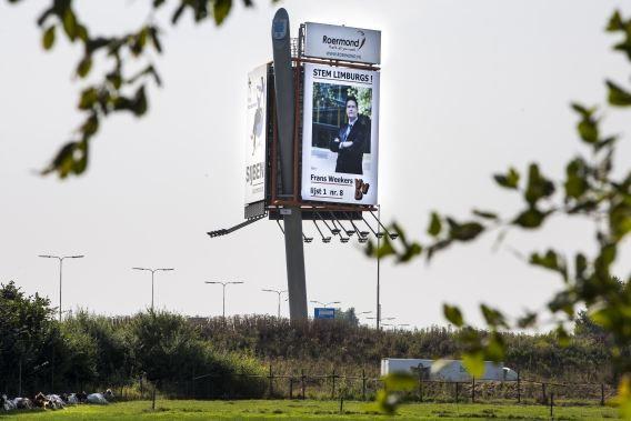 Netherlands, Roermond, 10.09.2012 Persoonlijke campagne van Frans Weekers – VVD-kandidaat en nu nog staatssecretaris van financiën. Huizenhoge reclamezuil met zijn politieke reclameboodschap langs de A73 ter hoogte van Roermond. foto Chris Keulen