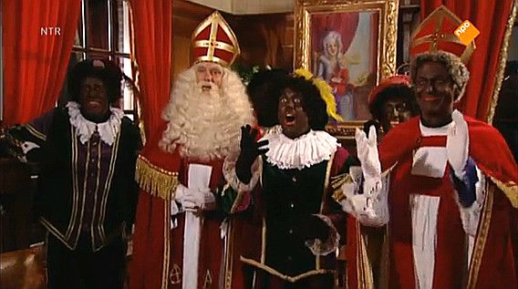 Opa Piet verschijnt voor het eerst in Sinterklaasoutfit, vanavond in de uitzending van het journaal.