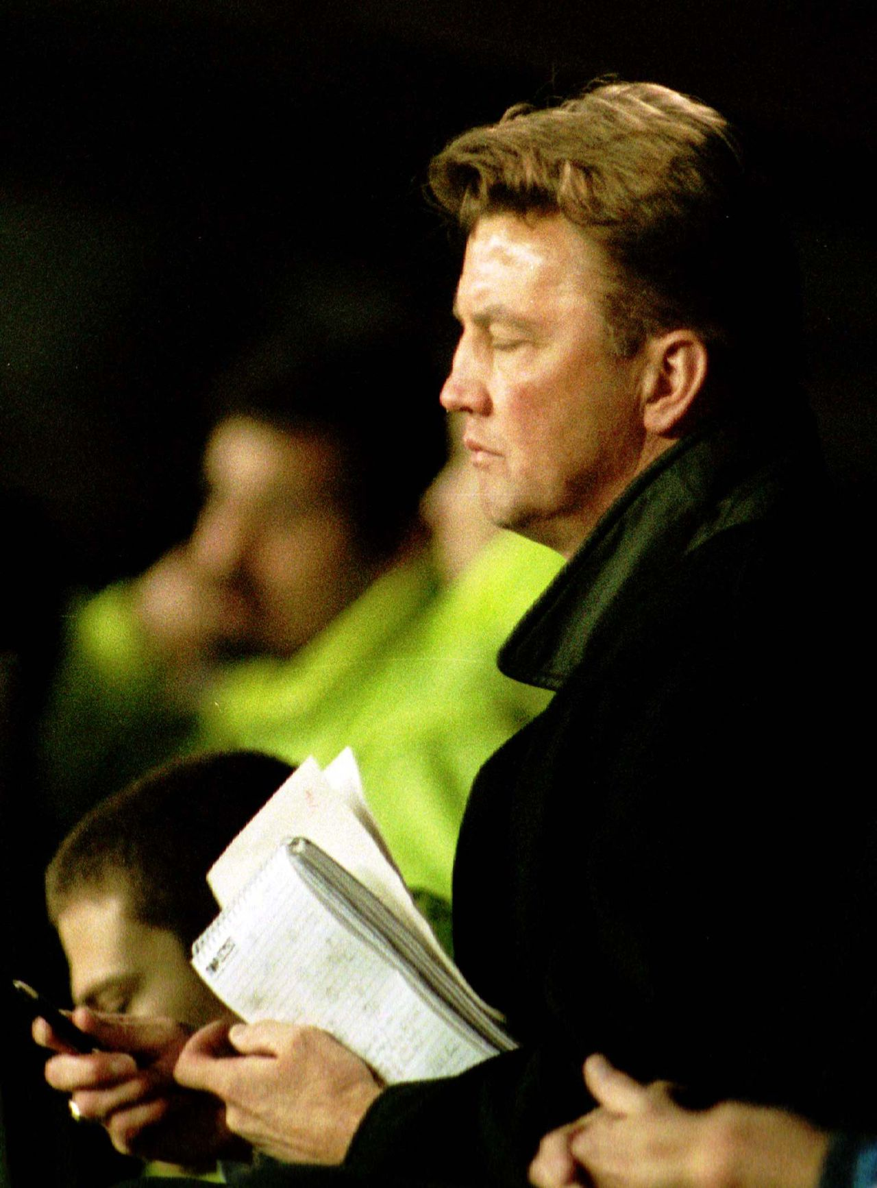 1998, als trainer van Barcelona Barcelona's Dutch coach Louis van Gaal watches his teams match during their Spanish first division soccer match in Barcelona's Nou Camp stadium against Mallorca February 15. The match ended in a goalless draw. SPORT SOCCER