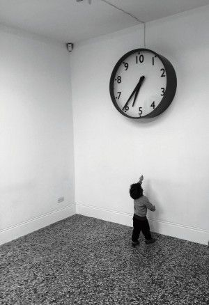 De tien uren-klok van kunstenares Ruth Ewan, naar het Franse plan om na de Revolutie van 1789 een tijdrekening volgens het tientallig stelsel in te voeren