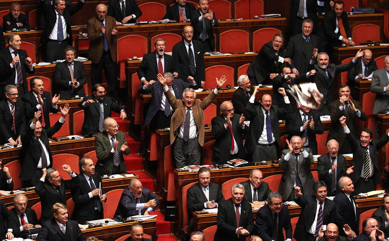 De centrum-rechtse coalitie in de Italiaanse Senaat op het moment dat blijkt dat de regering-Prodi stemmen te kort komt. Foto Reuters Right-center coalition senators react during a parliamentary vote at the Senate in Rome February 21, 2007. Italy's government lost a crucial parliamentary vote on Wednesday over its foreign policy in a blow to Prime Minister Romano Prodi that prompted the opposition to call for him to quit. There was no constitutional requirement for Prodi to step down, but Foreign Minister Massimo D'Alema had said before the vote that the centre-left government should resign if it did not command majority support on foreign policy. REUTERS/Serena Cremaschi (ITALY)