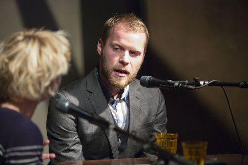 Philip Huff (R) uitte gisteravond in Leiden in zijn Verweylezing zijn onvrede over de ontlezing in Nederland.