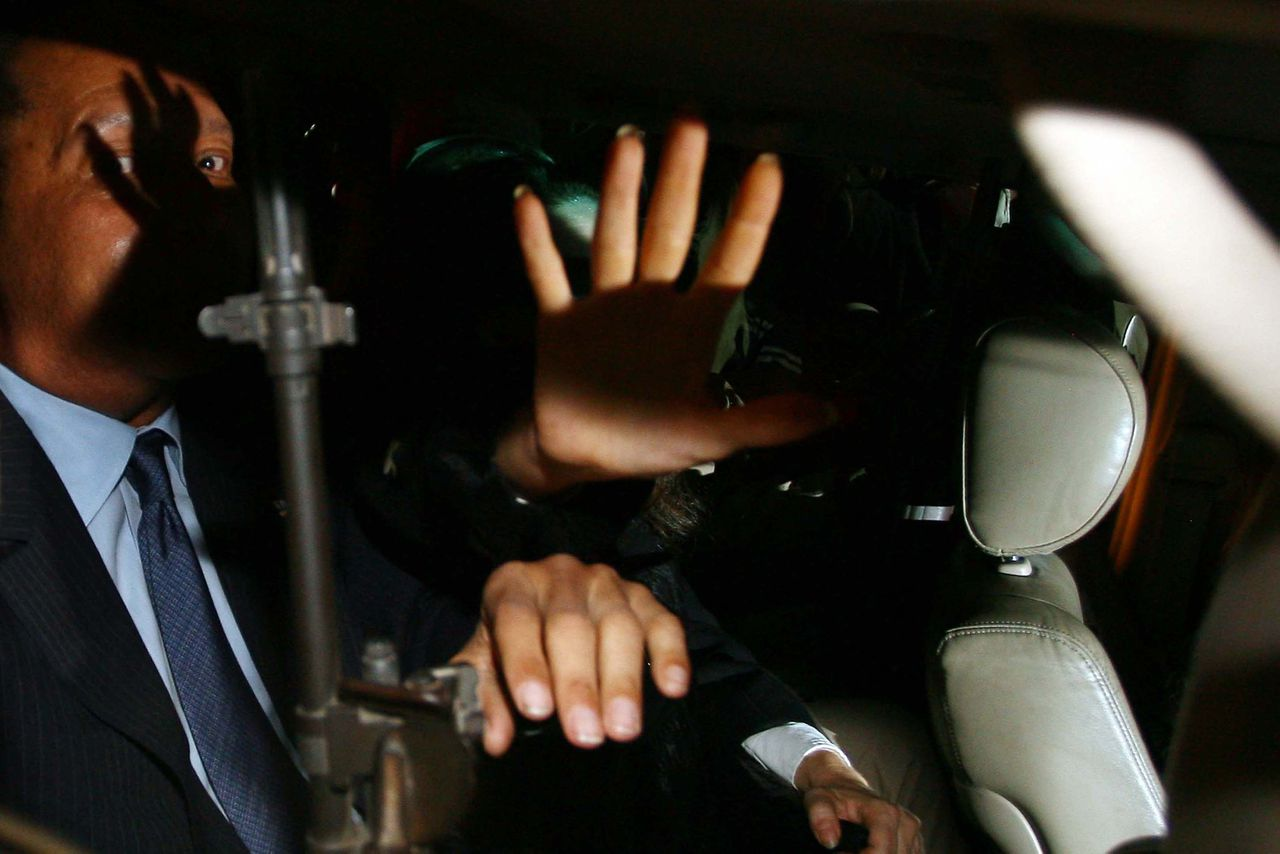 "Oud-president Jean-Claude Duvalier wilde gisteren geen nadere uitleg geven over zijn terugkeer naar Haïti. Vandaag zou hij een persconferentie geven. Foto AP Former dictator Jean-Claude ""Baby Doc"" Duvalier (L) is seated in a heavily armed limousine after making a surprise return to Haiti on Sunday, January 16, 2011, in the midst of a political vacuum left by disputed presidential elections. Returning to his homeland for the first time after 25 years in the political wilderness, most of them spent in exile in France, Duvalier told reporters at the airport, simply: ""I've come to help."" AFP PHOTO / Hector RETAMAL"