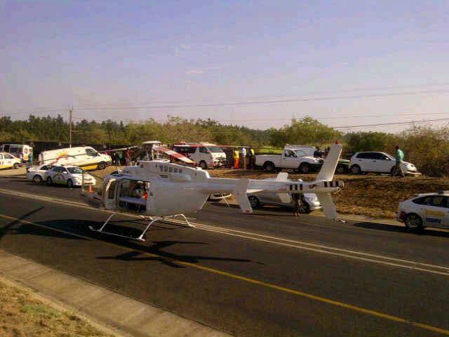 Hulpdiensten zijn ter plaatse na het ongeluk.