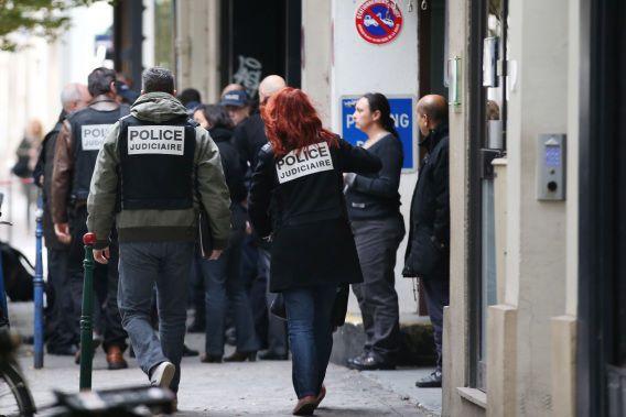 Politie doet bij de ingang van de Franse krant Libération onderzoek nadat er vanochtend een schietpartij plaatsvond.