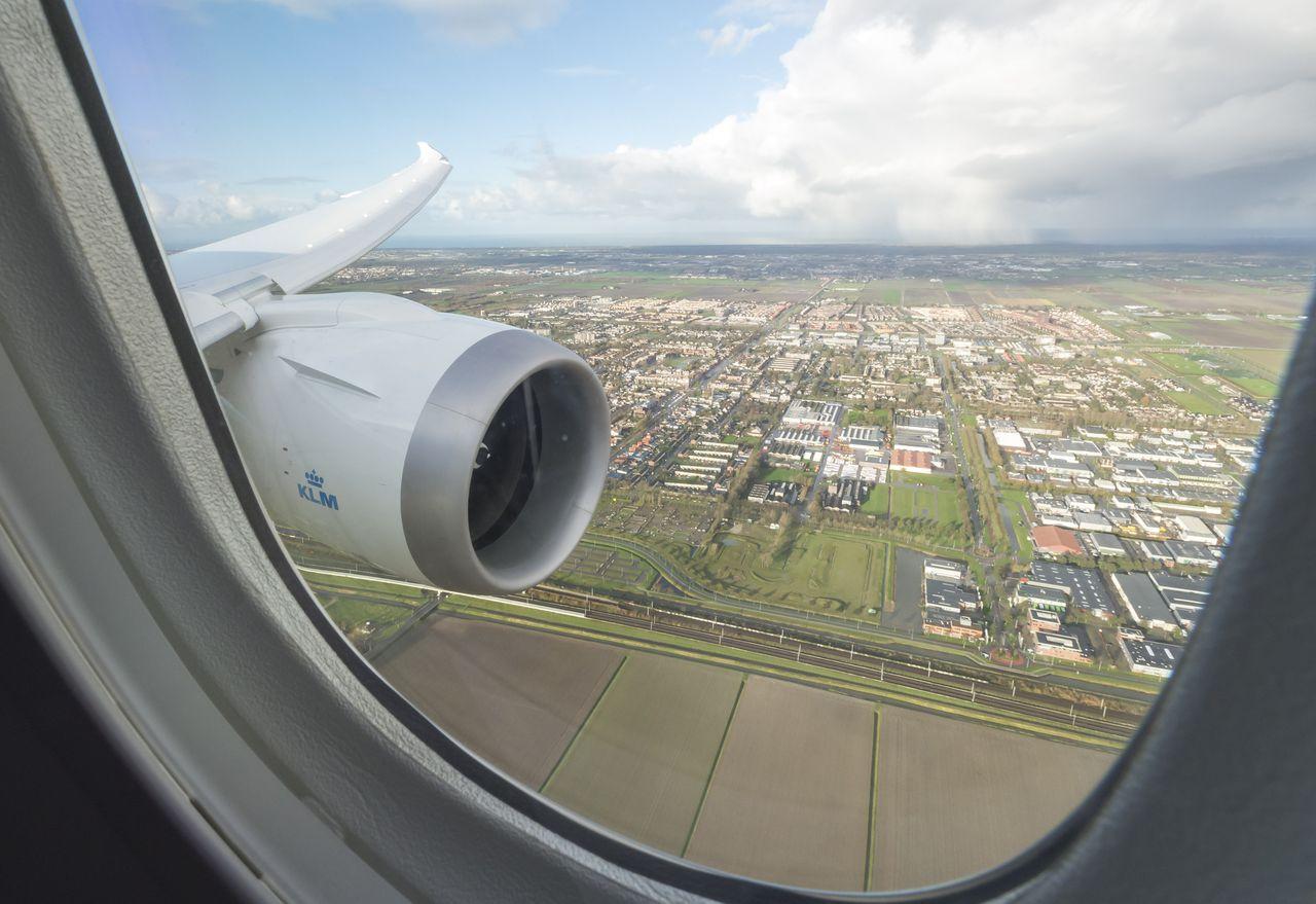 Uitzicht vanuit de Boeing 787 Dreamliner van KLM tijdens de eerste vlucht vanaf Schiphol.