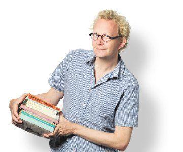 Boekenredacteur Arjen Fortuin met de boeken die hij in 1989, in zijn eerste zomer als volwassene, las.