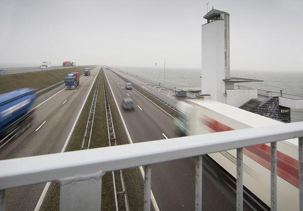 Kornwerderzand, 28-02-2011 Een dag voor het experiment met 130 km/h op de Afsluitdijk van start gaat, gaan de verkeersborden nog verscholen achter een laag plastic. Foto: Laurens Aaij