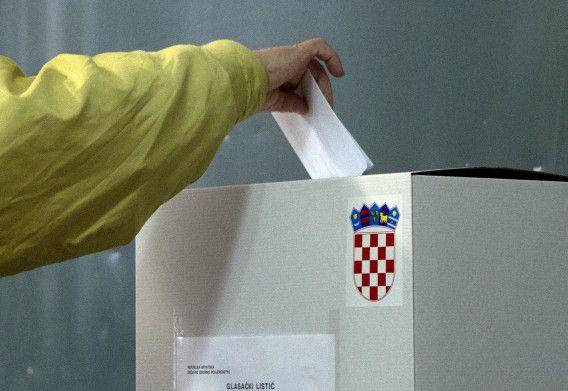 Een Kroaat brengt zijn stem uit bij een stemlokaal in Pula, in het westen van het land.